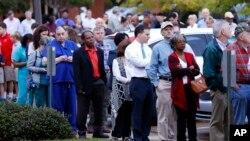 Yüzlərlə adam erkən saatlarda səs vermək üçün növbəyə düzülüb. Ridgeland, Mississippi. 8 noyabr, 2016 (AP Foto/Rogelio V. Solis)