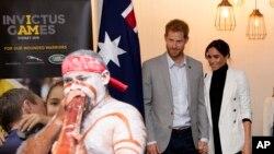 Pangeran Harry (tengah) dan istrinya, Meghan (kanan) menghadiri acara makan siang yang diadakan Perdana Menteri Australia Scott Morrison bersama dengan para peserta pesta olahraga veteran perang, Invictus Games, di Sydney, Australia, Minggu, 21 Oktober 2018.