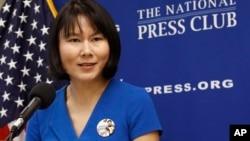 هووا کو، همسر ژیو وانگ در جریان سخنرانی در باشگاه ملی خبرنگاران در واشنگتن