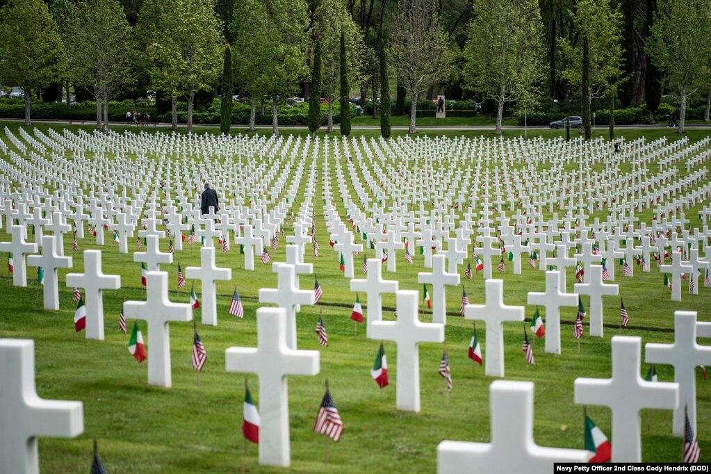 Человек идет среди 4 398 надгробий на Американском кладбище во Флоренции во время церемонии Дня памяти во Флоренции, Италия, 27 мая 2019 года.