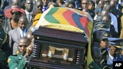 Soldiers carry the coffin of former Zimbabwean army general Solomon Mujuru during his funeral at Heroes Acre in Harare, Zimbabwe, August 20, 2011