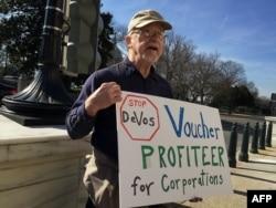 马里兰州居民威顿在参议院大楼前示威,反对德沃斯当教育部长(2017年2月6日)