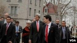 جان کری وزیر خارجه آمریکا (وسط) در حال قدم زدن در خیابان های شهر لوزان در سوئیس