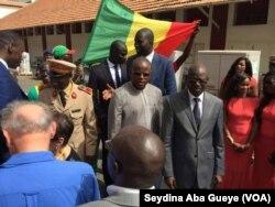 Gorgui Dieng remet le matériel au médecin chef de l'hôpital principal de Dakar en présence du ministre des Forces armées et celui des sports, au Sénégal, le 11 mai 2017. (VOA/Seydina Aba Gueye)