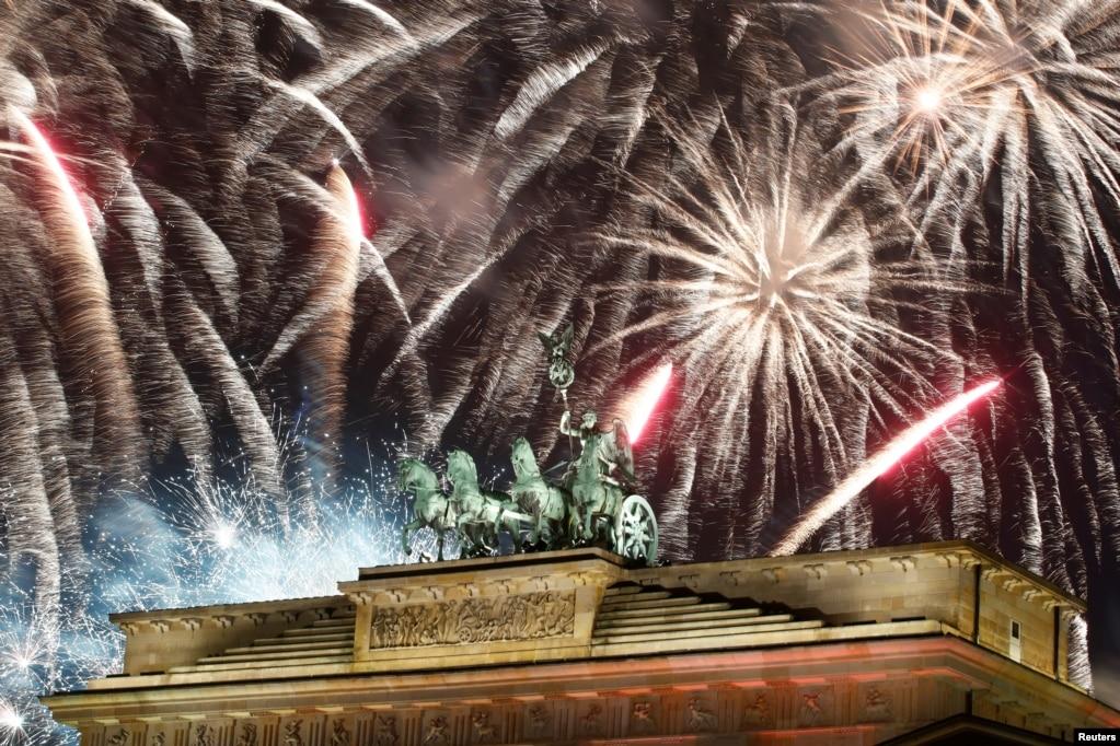 독일 베를린브란덴부르크 문 위로 형형색색의 불꽃이 하늘을 수놓고 있다.
