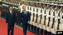 Chủ tịch Trung Quốc Hồ Cẩm Đào và Tổng thống Nga Dimitry Medvedev duyệt qua đội quân danh dự tại Sảnh đường Nhân dân ở Bắc Kinh, ngày 27/9/2010