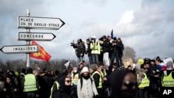 Los manifestantes del chaleco amarillo participan en una protesta para mantener la presión sobre el gobierno del presidente francés Emmanuel Macron, en París, Francia.