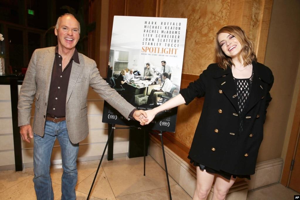 """在演员艾玛·斯通主持的电影《聚焦》('Spotlight')特别观影活动里,她和演员迈克尔·基顿手拉手。这个影片的制片和发行公司是开路电影公司(Open Road Films)(2015年12月2日)。 腾讯控股投资的美国企业""""唐氏媒体集团""""预计将收购这个发行过奥斯卡获奖电影《聚焦》的电影公司。 中国资金近年来不断涌向好莱坞,为电影公司提供融资或合作在中国发行电影等。尽管万达集团进军美国市场的成绩不如预期,包括阿里巴巴、腾讯在内的中国企业对收购好莱坞电影公司的热度依旧。"""