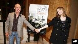 Michael Keaton dan Emma Stone saat pemutaran khusus film 'Spotlight', 2 Desember 2015.