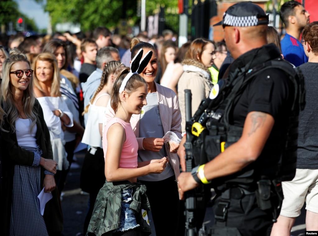 在英国曼彻斯特举行的慈善音乐会《同一个爱·曼彻斯特》的入口处,有武装警察站岗(2017年6月4日)