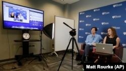 Giáo sư Đại học Pennsylvania và trợ giảng trong một buổi quay hình cho lớp học trực tuyến