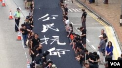 和平占中发起黑布大游行抗议假普选 (美国之音海彦拍摄)
