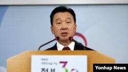8일 한국 통일부의 정준희 대변인이 북한 집단 탈북 사건을 설명하고 있다. (자료사진)
