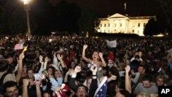 Uma multidão juntou-se na praça defronte da Casa Branca, domingo à noite, para celebrar a morte de Bin Laden