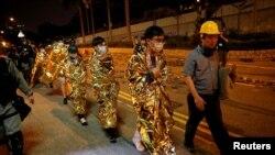Manifestantes caminan antes de ser trasladados a hospitales, en el campus de la Universidad Politécnica de Hong Kong, el 19 de noviembre de 2019. REUTERS / Adnan Abidi