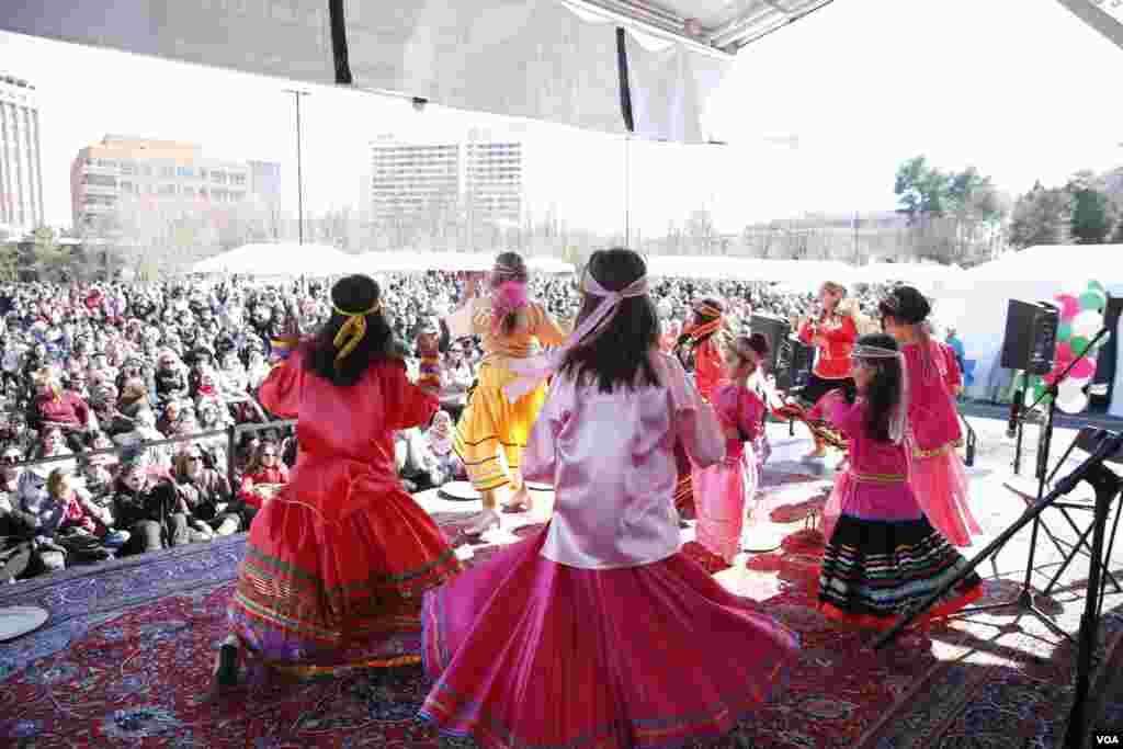اجرای یکی از گروههای رقص کودکان در فستیوال نوروزی