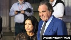Oliver Stone sa suprugom Sun-jung Jung na crvenom tepihu Sarajevo Film Festivala