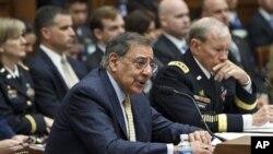Leon Panetta (à g.) et le chef d'état-major interarmes, Gén. Martin Dempsey, au Capitole (19 avril 2012)
