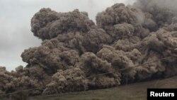 Abu panas yang dimuntahkan letusan Gunung Sinabung, terlihat dari desa Sukanalu, Karo, Sumatra Utara, 16 Juni 2015. (REUTERS/YT Haryono).