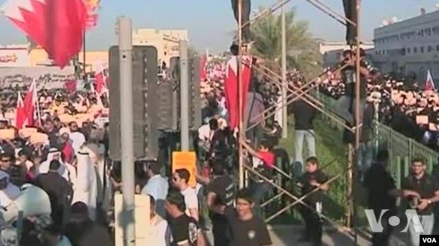 Demonstran anti-pemerintah berpawai di jalan raya Boudaya menuju ibukota Manama, Bahrain (15/2).