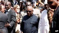 Le président malien Ibrahim Boubacar Keita, au centre, entouré des journalistes devant l'hôtel Radisson Blue à Bamako, au Mali, 21 novembre 2015. (AP Photo / Jerome Delay)