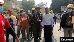 မံုရြာဆႏၵျပသပိတ္စစ္ေၾကာင္းနဲ႔ ပူးေပါင္းလာတဲ့ျမန္မာတပ္မေတာ္က တပ္ၾကပ္တဦး။ (ဓာတ္ပံု - Win Zaw Khing - ေဖေဖာ္ဝါရီ ၁၈၊ ၂၀၂၁)