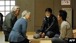 Nhật hoàng Akihito, trái, và Hoàng hậu Michiko nói chuyện với các gia đình tại 1 nơi tạm trú ở Tokyo, 30/3/2011