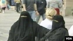 Amnesty International menilai pilihan mengenakan burqa adalah hak asasi perempuan.