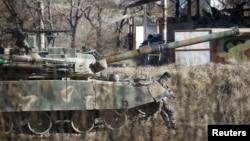 Binh sĩ Hàn Quốc trên xe pháo di động tại trường đào tạo ở Paju, Hàn Quốc, ngày 7/1/2016.