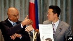 Dân biểu Philippines Rodolfo Biazon (trái), và Đại diện Nhật Bản Nakada Hiroshi sau khi ký kết thỏa thuận tại Makati, ngày 3/9/2014.
