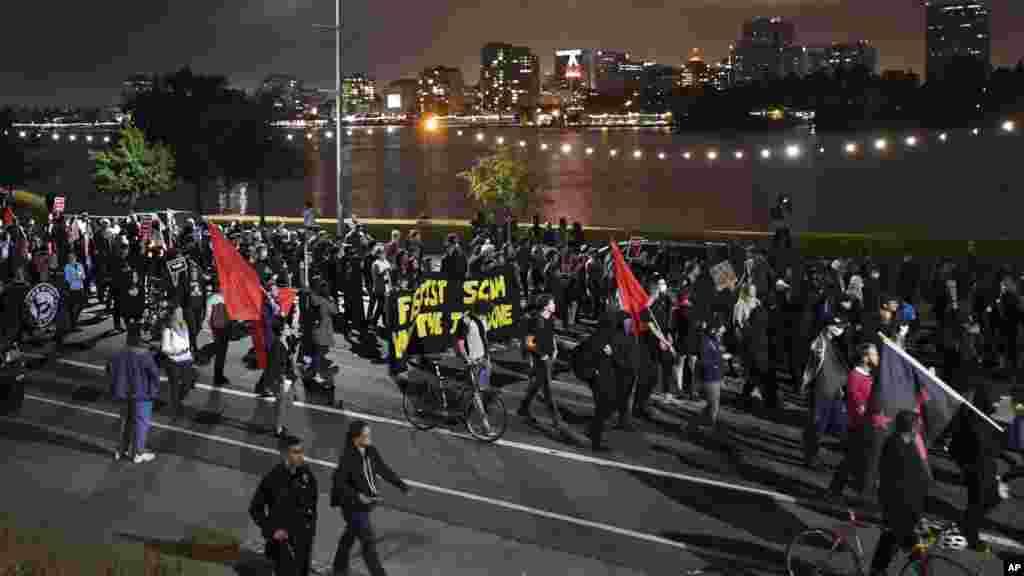 Des manifestants l'autoroute 580 à Oakland, en Californie, le 12 août 2017.