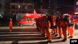 Bomberos en Longnan, en la provincia china de Gansu se preparan para dirigirse al condado de Wenxian después de un terremoto en la vecina provincia de Sichuan, el martes, 8 de agosto de 2017.