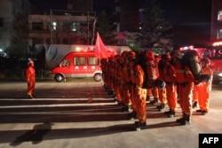 중국 간쑤성 소방구난대원들이 8일 이웃 쓰촨성 강진 여파로 피해를 입은 원현으로 출동할 채비를 하고있다.