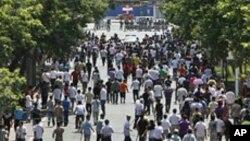 手持棍棒的漢族人2009年7月7日在新疆烏魯木齊街頭與武警發生衝突
