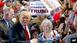 បេក្ខជនប្រធានាធិបតីនៃគណបក្សសាធារណរដ្ឋ លោក Donald Trump ជាមួយភ្នាក់ងារស៊ើបការសម្ងាត់ Diana Brest (ស្តាំ) ដែលបានឈររង់ចាំតាំងពីម៉ោង២ទៀបភ្លឺ ដើម្បីចាំស្តាប់ការថ្លែងរបស់លោក Trump នៅឯកពិធីជួបជុំមួយកាលពីថ្ងៃទី១៨ ខែមិថុនា ឆ្នាំ២០១៦។