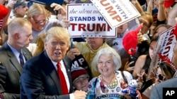 도널드 트럼프 미 공화당 대선 후보가 18일 애리조나주 피닉스에서 열린 유세장에서 지지자들의 환영을 받고 있다.