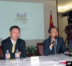 藏学家代表团团长扎洛(右)和胡岩