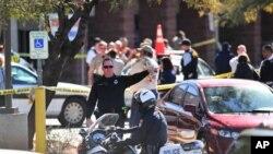 周六聚集在图森市一家超市外的枪击现场的急救人员