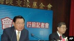 海基会董事长江丙坤(左)和副董事长高孔廉(右)在记者会上