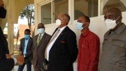 Patrick Nandago, embaixador da Namibia em Angola (ao centro de camisa branca)