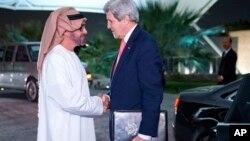 John Kerry es recibido en Abu Dabi por el príncipe heredero de los Emiratos, Mohammed Bin Zayed Al Nahyan.