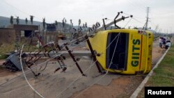 Đường dây điện và xe buýt bị hư hại vì gió mạnh do gió mạnh gây ra bởi cơn bão Hudhud ở miền nam Ấn Độ, ngày 13/10/2014.