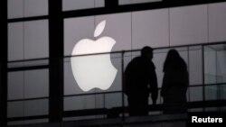 Salah satu gerai Apple di kawasan belanja di pusat kota Beijing (Foto: dok). China Labor Watch menuduh salah satu pemasok Apple melakukan pelanggaran di China dalam laporan yang dirilis Senin (29/7).