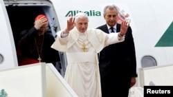 El papa Benedicto XVI saluda a su llegada al aeropuerto de Beirut, en Líbano, este viernes 14 de septiembre de 2012.