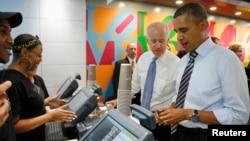 Predsednik Barak Obama plaća sendvič za sebe i potpredsednika Džozefa Bajdena u lokalnoj prodavnici, blizu Bele kuće