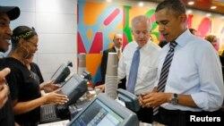 Presiden Obama membuka dompetnya untuk membeli makan siang didampingi Wapres Joe Biden di sebuah restoran sandwich yang memberikan diskon bagi pegawai federal yang dirumahkan karena dampak penghentian operasi pemerintah.
