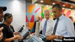 Presiden Obama dan Wapres Joe Biden membayar makan siangnya di sebuah toko sandwich di dekat Gedung Putih di Washington DC (4/10).