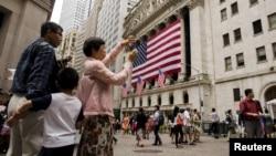 지난 2015년 중국인 여행객들이 미국 뉴욕 증권 거래소 앞에서 사진을 찍고 있다.