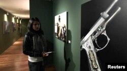 Exhibición de armas en el Museo de la Memoria y la Tolerancia, en la ciudad de México.