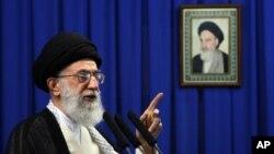 Pemimpin tertinggi Iran, Ayatollah Ali Khamenei dalam sebuah khotbah Jumat di Teheran.